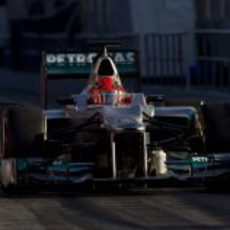 Schumacher sale de boxes con el W03