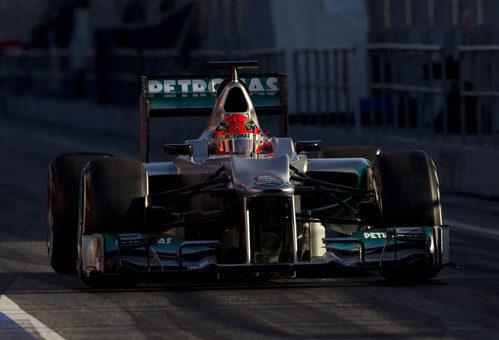 Schumacher sale de boxes con el W03