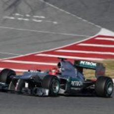 Schumacher rueda con el W03 en los test de Barcelona