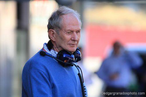Helmut Marko en el 'pit lane' de Montmeló
