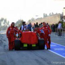 El Ferrari de Massa vuelve a boxes en Barcelona