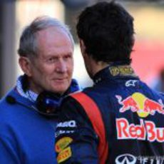 Helmut Marko habla con Mark Webber en los test de Barcelona