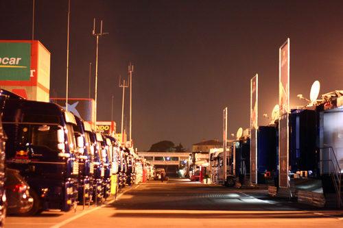 El 'paddock' del Circuit de Catalunya al caer la noche