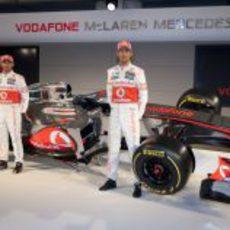 Lewis Hamilton y Jenson Button posan con el McLaren de 2012