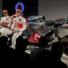 Button y Hamilton responden a la prensa en Woking