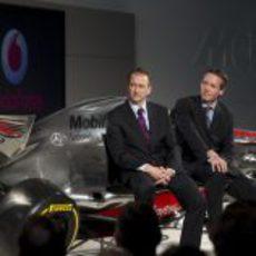Jonathan Neale y Sam Michael en el la presentación del McLaren