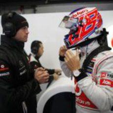 Jenson Button se pone el casco en Jerez