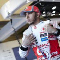 Lewis Hamilton en su box en Jerez