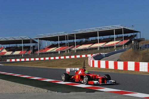 Felipe Massa pasa frente a las gradas de Montmeló