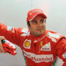 Felipe Massa en su box en Barcelona