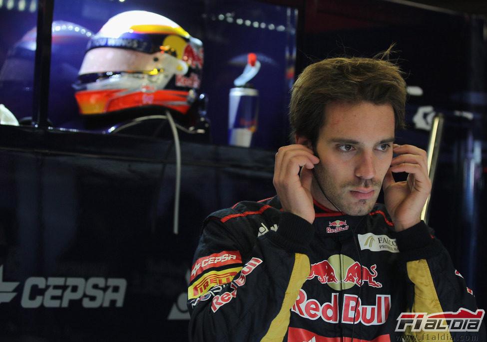 Jean-Eric Vergne en el box de Toro Rosso en Barcelona