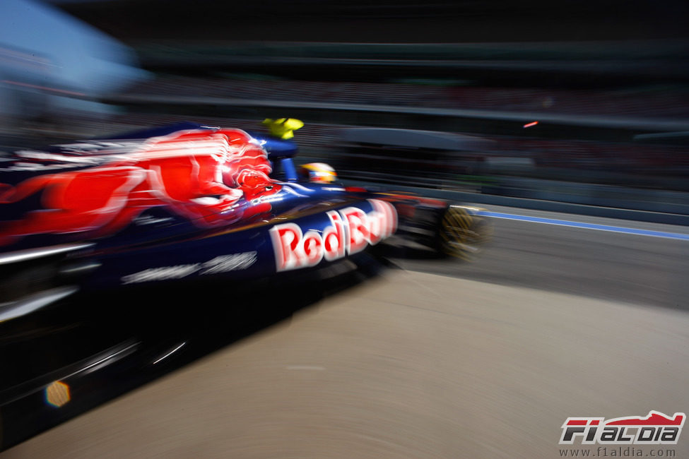 Vergne sale del box con el Toro Rosso