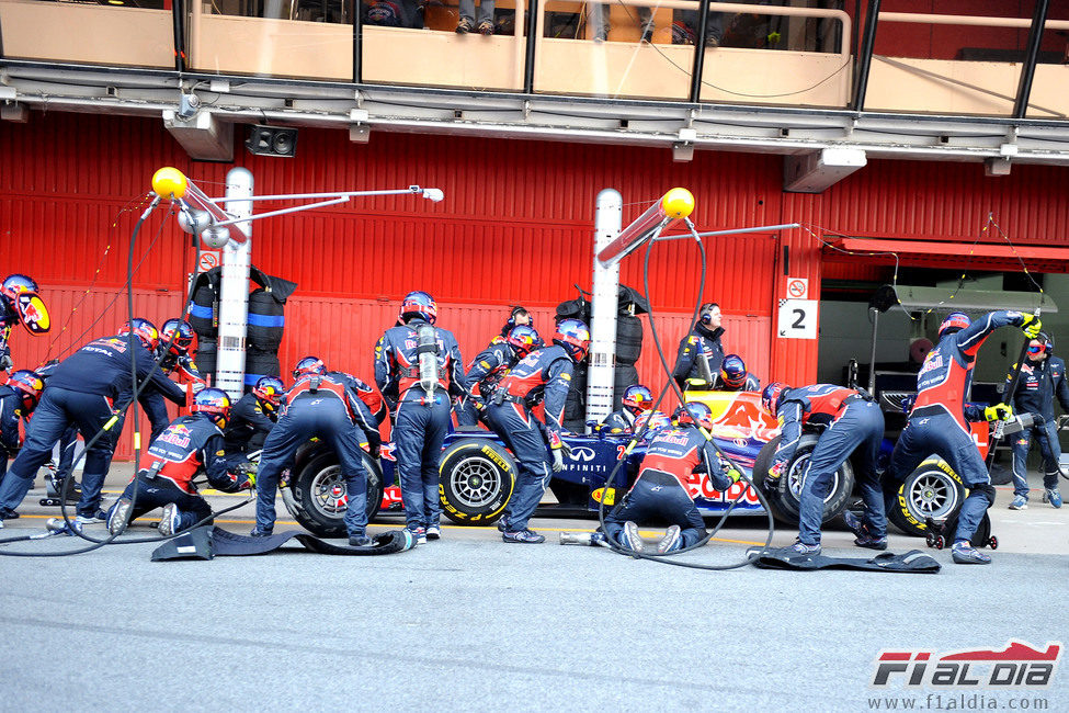 Cambio de neumáticos para Mark Webber en Barcelona