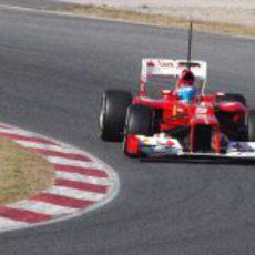 Fernando Alonso se acerca a una de las curvas del Circuit