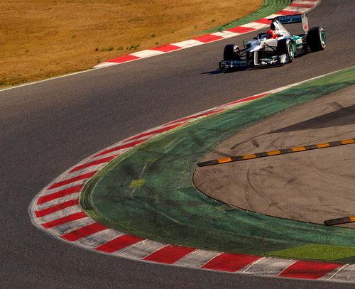 Michael Schumacher se acerca a la curva