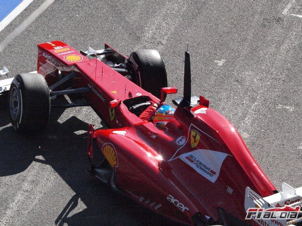 Alonso sale de su box en los test de Barcelona