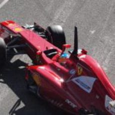 Alonso sale de su box en los test de Barcelona
