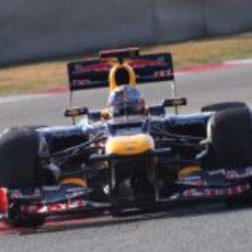 Plano frontal del Red Bull de Vettel en los test de Montmeló