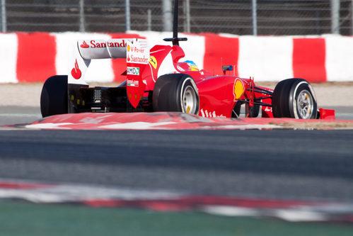 Fernando Alonso tras una curva del Circuit de Catalunya