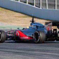 Hamilton rueda con neumáticos medios en pretemporada