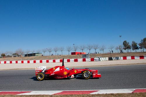Fernando Alonso sigue acumulando vueltas en Barcelona