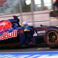 Daniel Ricciardo en el 'pit lane' con su Toro Rosso