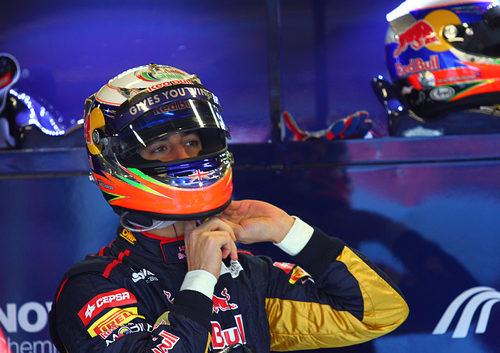 Ricciardo se coloca el casco en los test de Barcelona