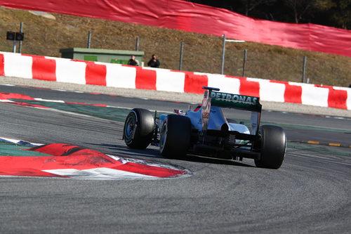 Michael Schumacher con el W03 en Barcelona