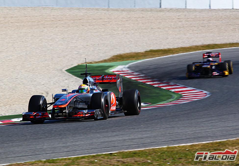 Lewis Hamilton perseguido por el Toro Rosso en pretemporada