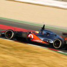 Hamilton rueda con el MP4-27 en Barcelona