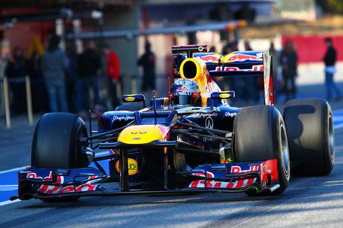Sebastian Vettel en la calle de boxes con el RB8