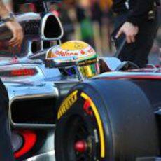 Plano cercano de Lewis Hamilton en su McLaren