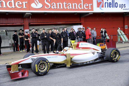 Los mecánicos observan como sale a pista el nuevo F112