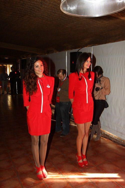 Las azafatas del Santander esperan la llegada de Fernando Alonso