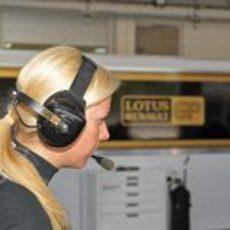 María de Villota en el box de Lotua Renault GP