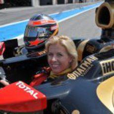 María de Villota feliz dentro del Lotus Renault GP