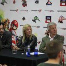 María de Villota y su padre en la presentación de 'Mario Kart 7'