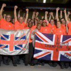 Hamilton con dos banderas inglesas