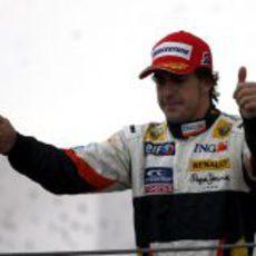 Alonso saluda desde el podio