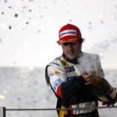 Alonso celebra con champán
