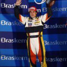 Alonso con su trofeo