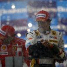 Alonso moja a sus ingenieros con champán