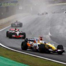 Alonso mantiene detrás a Kovalainen