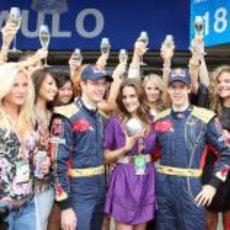 Vettel y Bourdais posan con las chicas