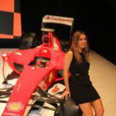 Nira Juanco apoyada en el Ferrari