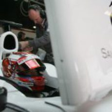 Kamui Kobayashi en el box de Sauber en los test de Barcelona