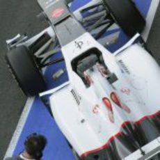 Kamui Kobayashi sale del box de Sauber en los entrenamientos en Barcelona