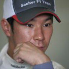 Kamui Kobayashi pensativo durante los entrenamientos de pretemporada en Barcelona