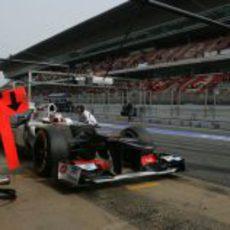 Kamui Kobayashi hace un pit-stop durante los test de pretemporada en Barcelona