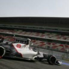 Kamui Kobayashi sale al pit-lane de Montmeló